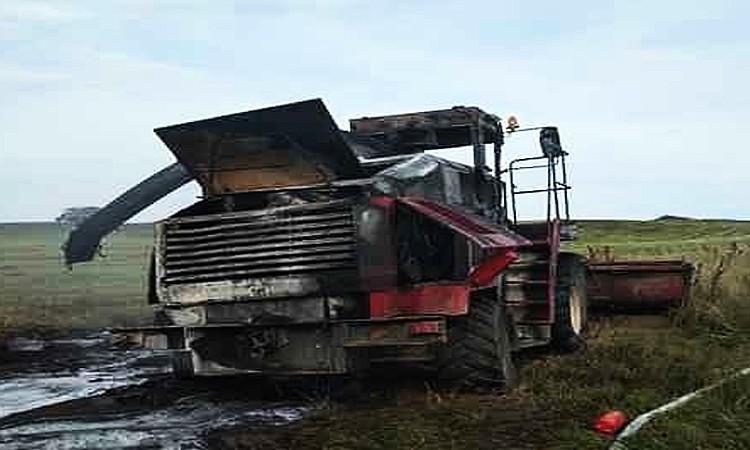 Кормоуборочный комбайн загорелся в поле в Поставском районе