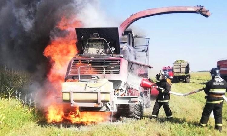В Рогачевском районе сгорел комбайн